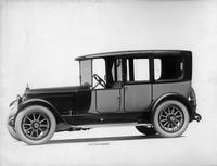 1918-1919 Packard two-toned landaulet, seven-eights left front view, quarter closed