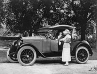 1921-1922 Packard runabout, female driver and passenger