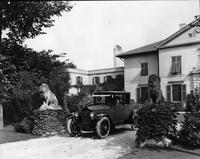 1921-1922 Packard coupe in residential driveway between stone lions