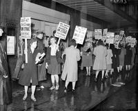 Strikes; Clerks; Detroit. -Ernest Kern Department Store. -Picket Line